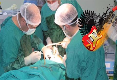 doktorlar-ameliyat-sirasinda-rock-muzik-dinliyor_96ccf
